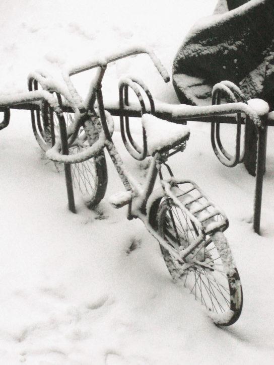 Fahrrad im Schnee in Hamburg