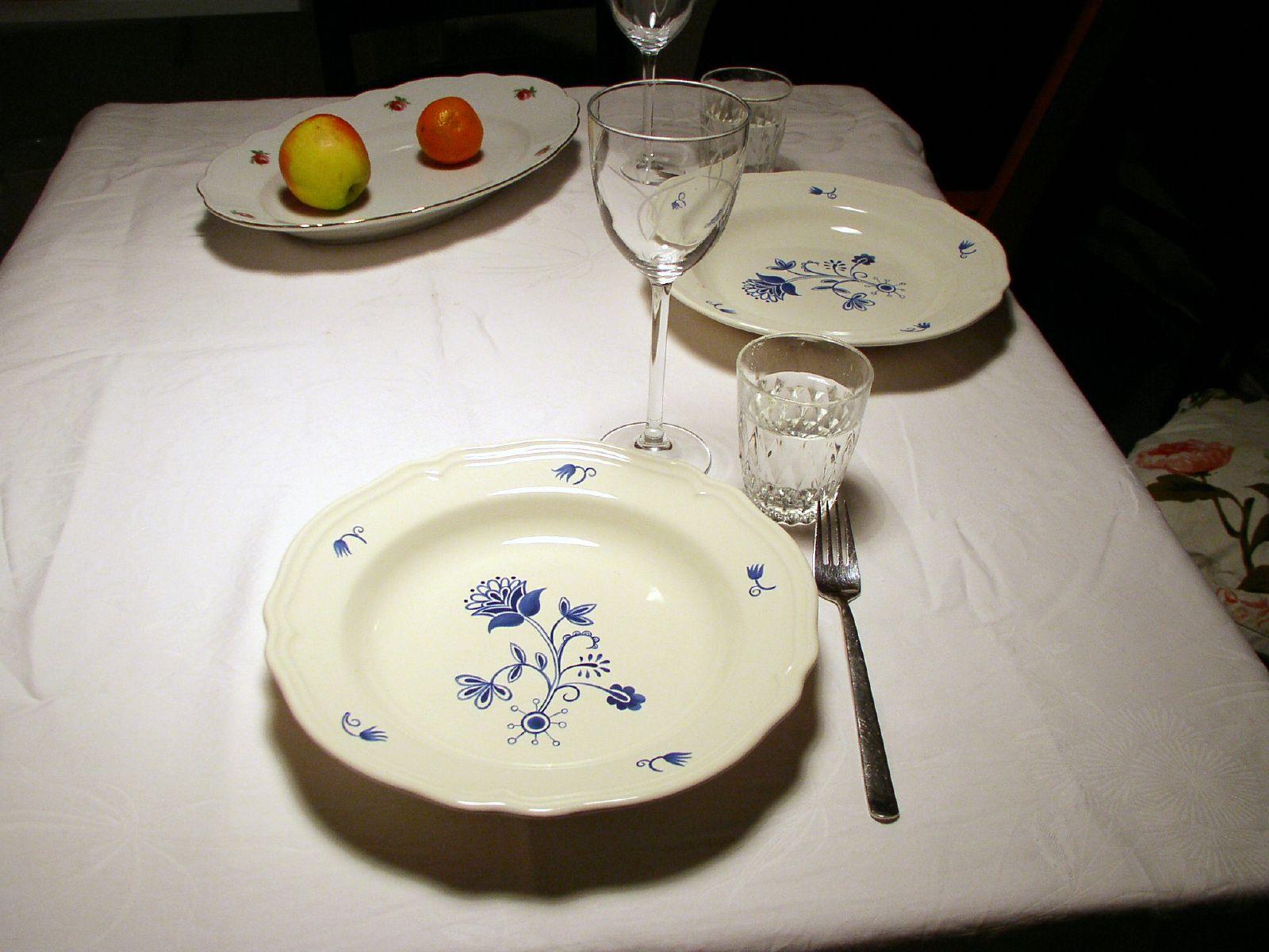 Ein Tisch mit Tellern
