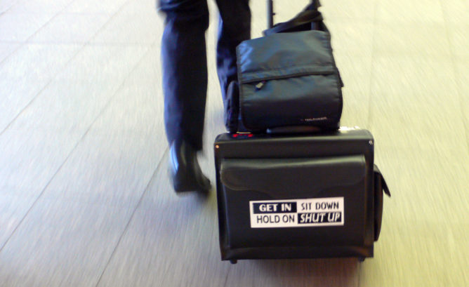 Aufkleber auf Koffer eines Bahn Schaffners