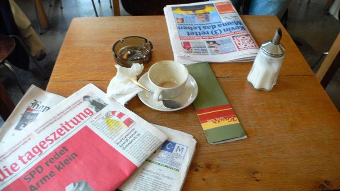 Mittagspause mit Kaffee und Zeitungen
