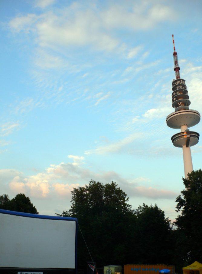Freiluftkino Schanzenpark mit Fernsehturm