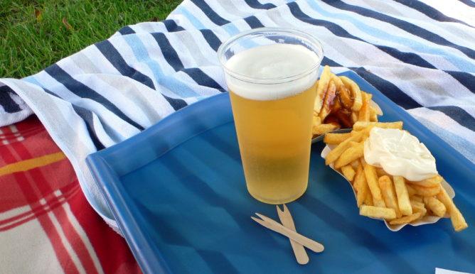 Pommes Rot Weiß mit Bier im Schwimmbad