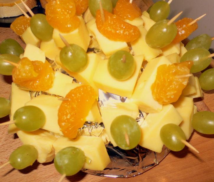 Käseigel mit Mandarinen und Weintrauben
