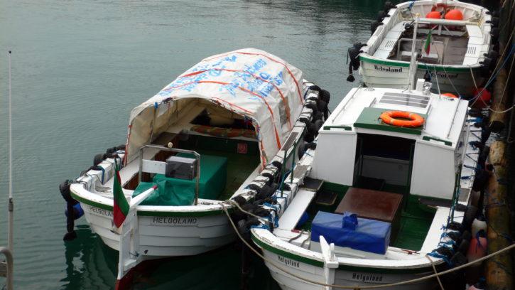 Boote zwischen Helgoland und Düne