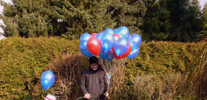 Helium Luftballons am Kinderwagen
