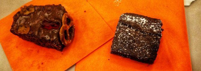 Foto eines Brownie und Schokokuchen