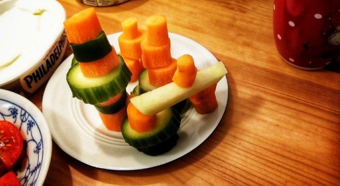 Ein Teller mit Gemüse zum Abendbrot