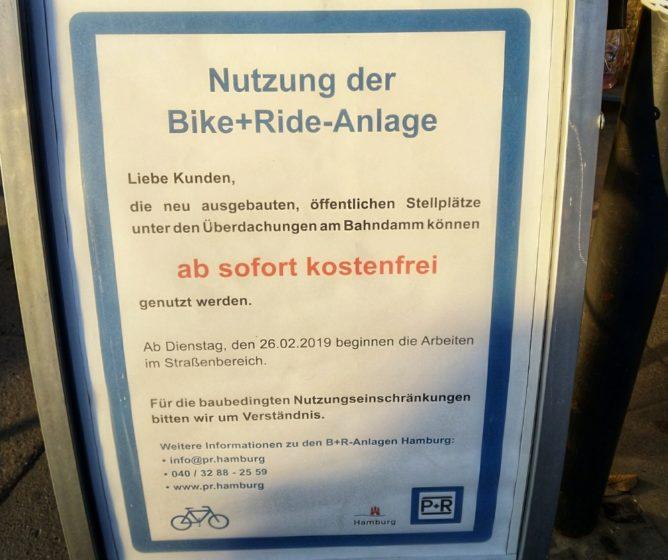 Hinweisschilder für neue Stellplätze an der U-Bahn Meiendorfer Weg