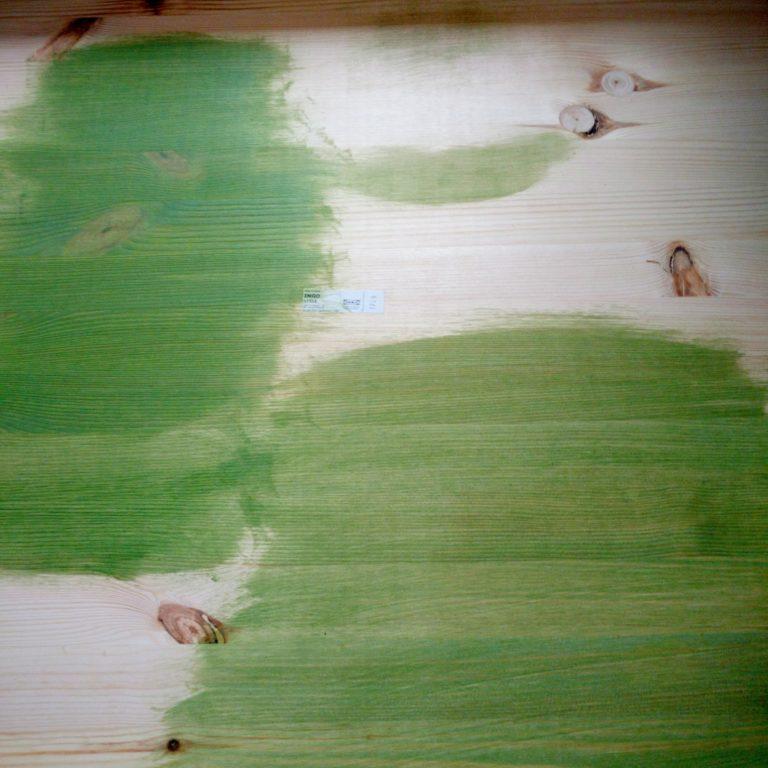 Auro Lasur 160 in grün auf Kiefer. Ohne Grundierung. Links zweimal, rechts einmal gestrichen. Ist beides nicht perfekt.