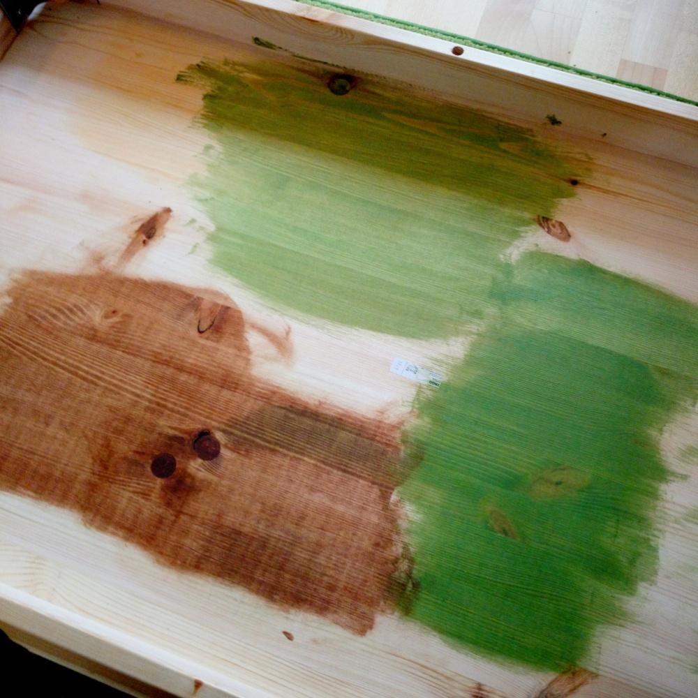 Unterseite eines Esstisch mit verschiedenen Farben.