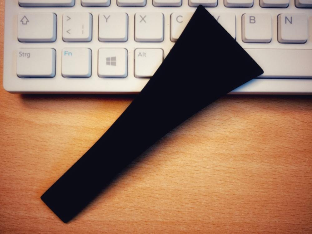 Foto eines Pfannendings für Raclette auf einer Tastatur