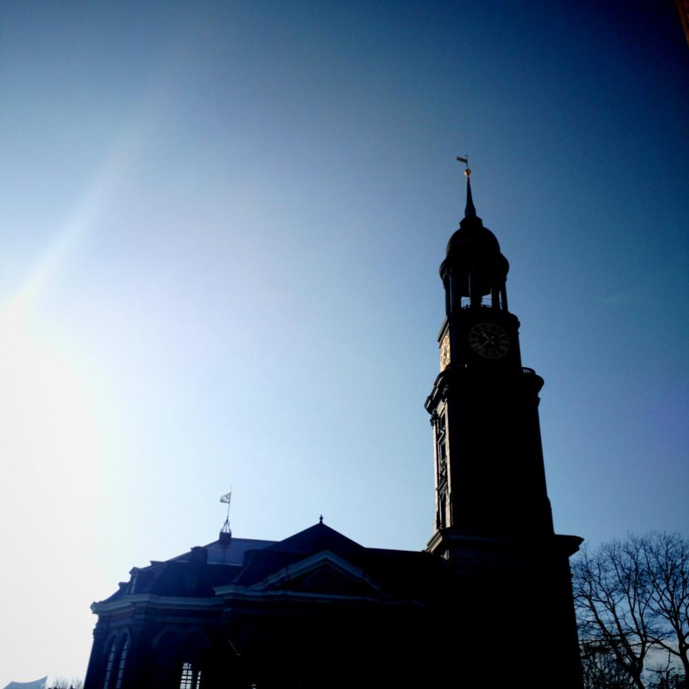 Ein Foto des Michel bei strahlendem Sonnenschein und blauem Himmel