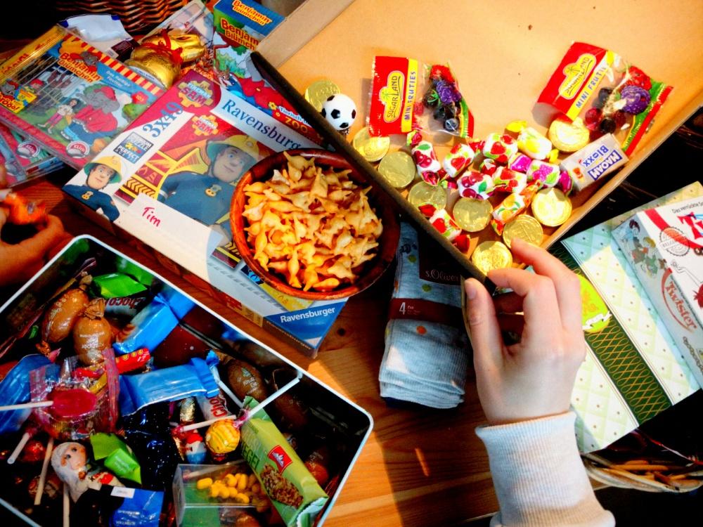 Foto mit Süßigkeiten auf dem Küchentisch