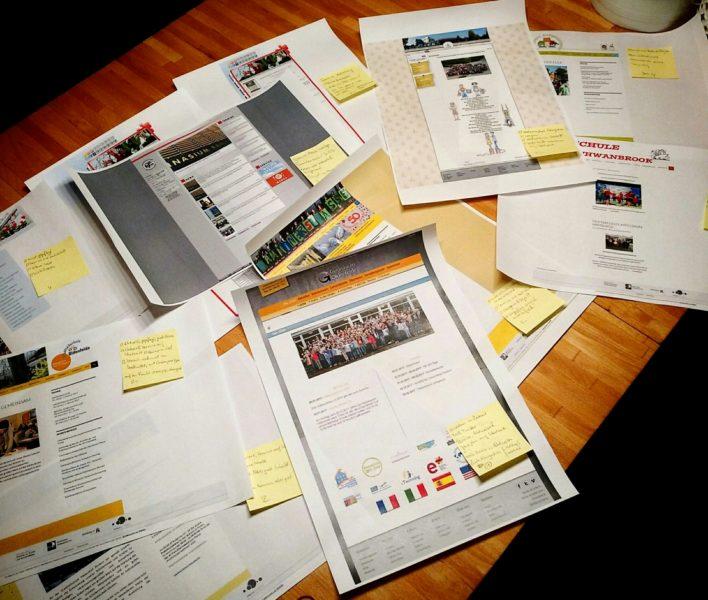 Webseiten auf Papier mit Notizen